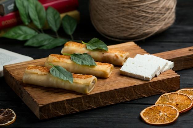 Crepes, blinchik russo servido com queijo branco Foto gratuita