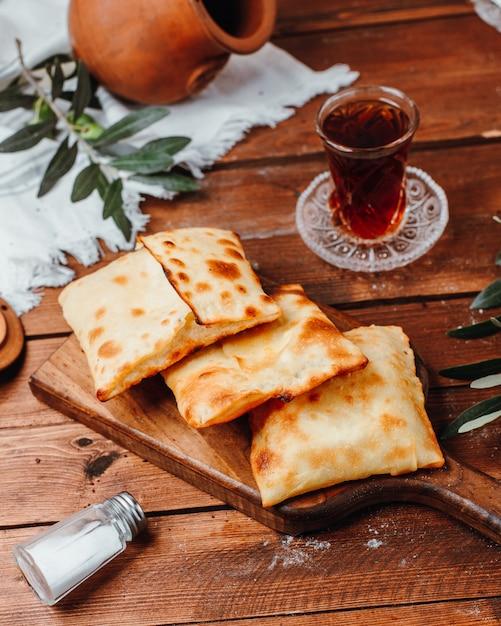 Crepes turcos com queijo branco na tábua Foto gratuita