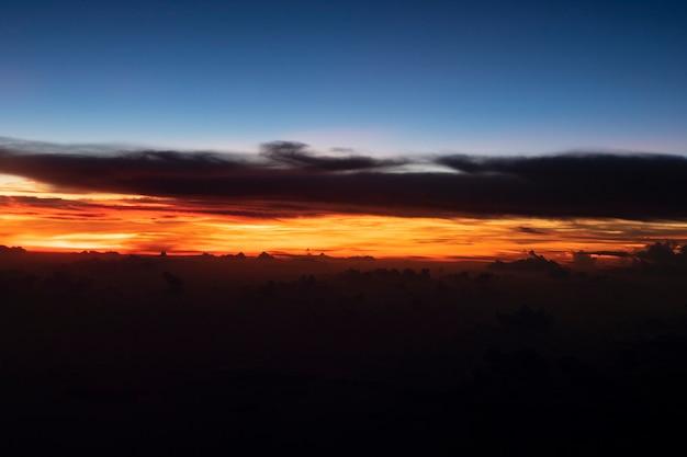 Crepúsculo céu nuvem cor à noite Foto Premium