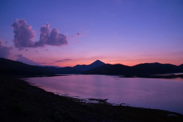 Crepúsculo céu rio pôr do sol roxo cor paisagem lago noite Foto Premium