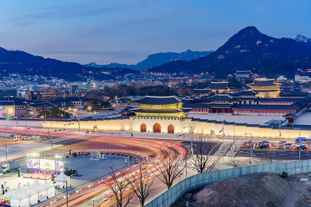 Crepúsculo do palácio gyeongbokgung à noite em seul, coreia do sul Foto Premium