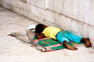 criança à beira da estrada Foto gratuita