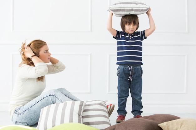 Criança adorável com mãe Foto gratuita