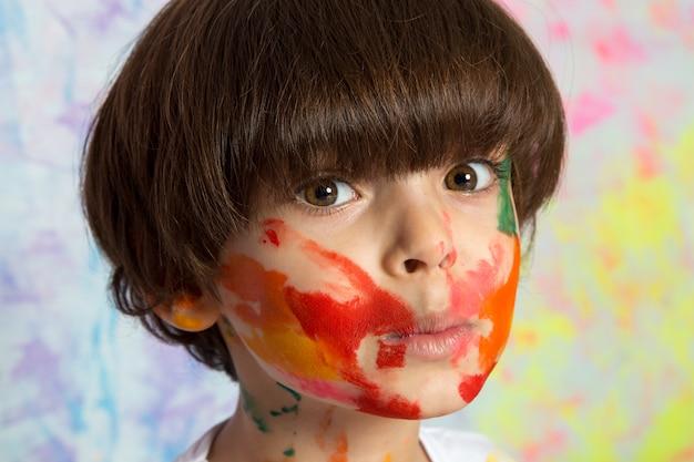 Criança adorável com rosto pintado Foto gratuita