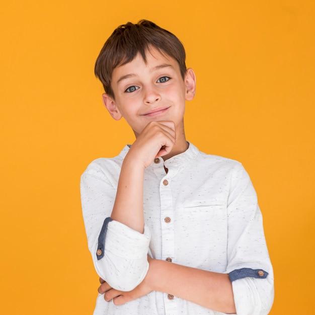 Criança adorável sorrindo e sendo encantador Foto gratuita