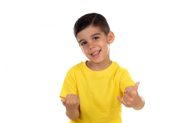 Criança animada com camiseta amarela Foto Premium