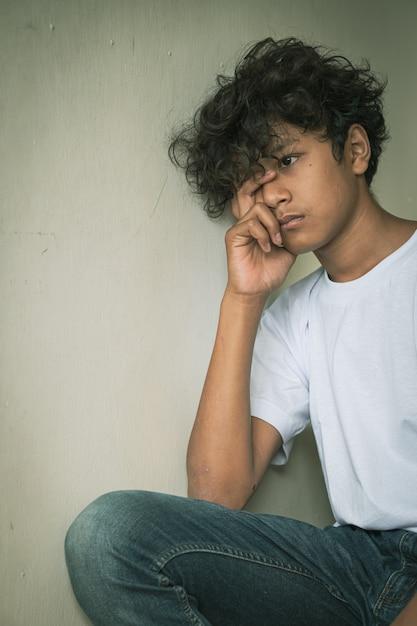 Criança asiática assustada e sozinha, com alto risco de sofrer bullying, tráfico e abuso, foco seletivo Foto Premium