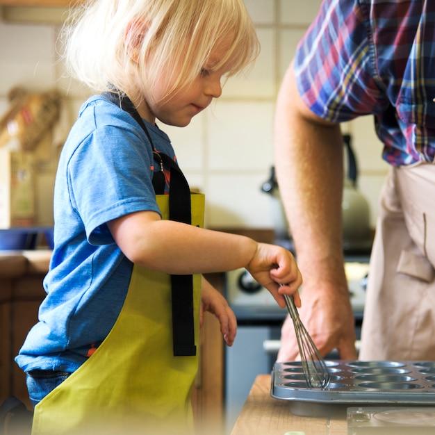 Criança, assando, em, um, cozinha Foto Premium
