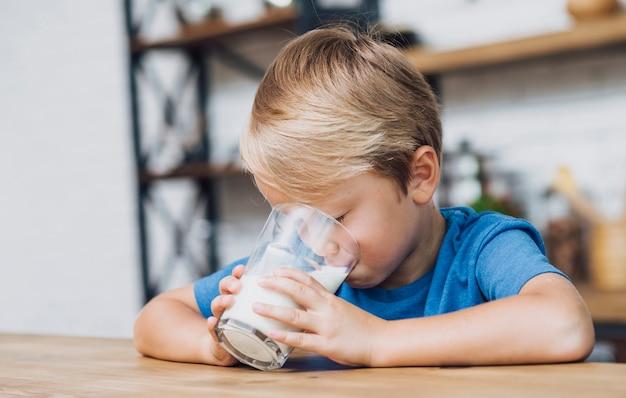 Criança bebendo leite Foto gratuita
