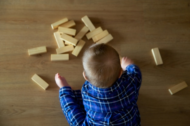 Criança brinca com edifícios vistos de cima Foto Premium