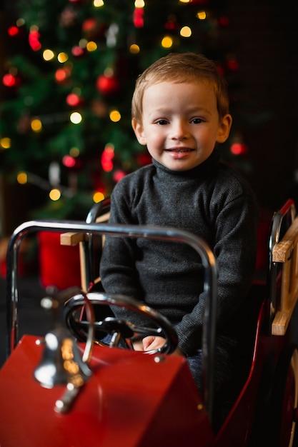 Criança brincando com carrinho de brinquedo Foto gratuita