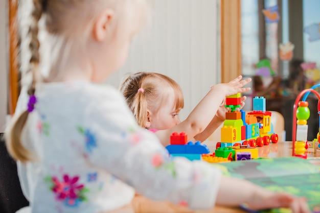 Criança brincando com construtor de brinquedos Foto gratuita