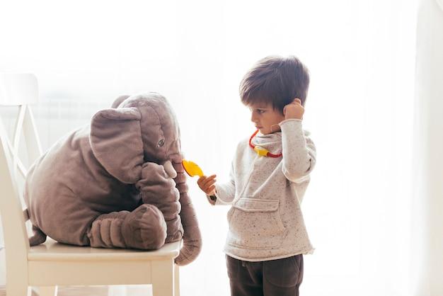 Criança brincando de médico Foto gratuita
