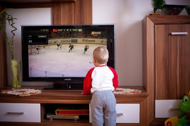 Criança brincando em casa Foto gratuita
