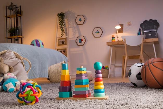 Criança brinquedos ainda vida Foto gratuita