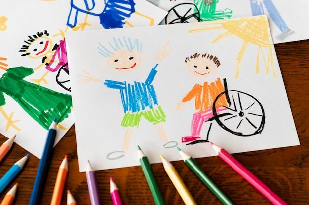 Criança com deficiência e amigo vista elevada Foto gratuita