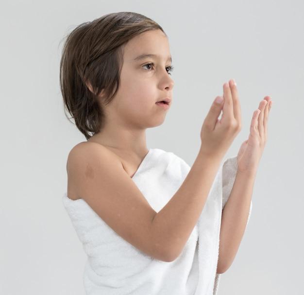 Criança, com, hajj, peregrinação, roupas, orando Foto Premium