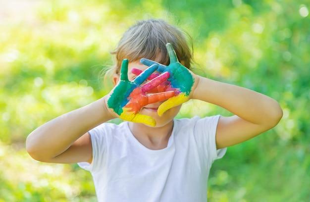 Criança com mãos e pernas pintadas Foto Premium