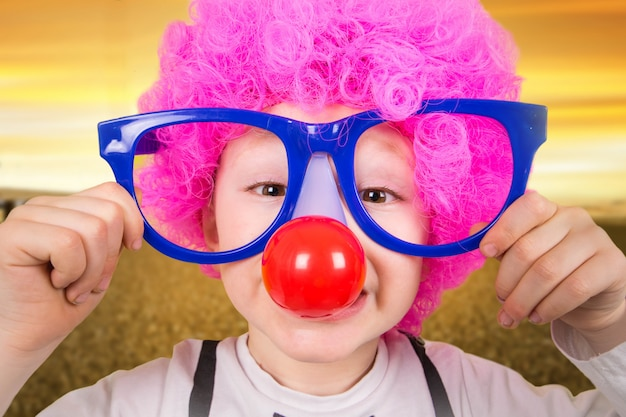 Criança com óculos de palhaço Foto Premium