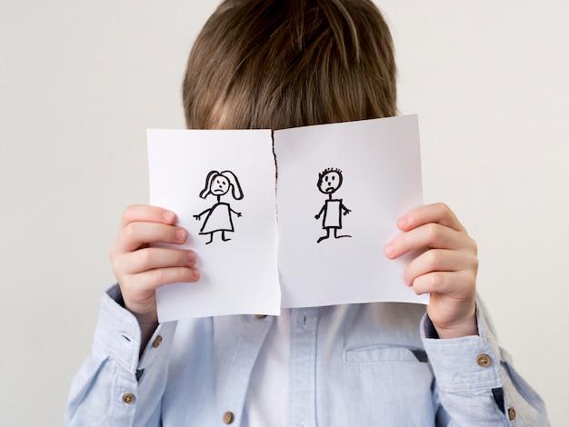 Criança com sorteio de família separada Foto gratuita