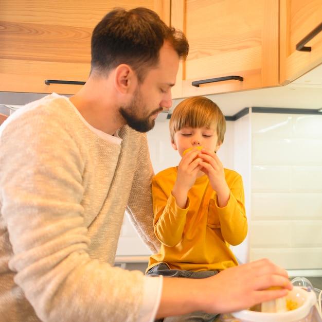 Criança, comer de uma laranja fresca Foto gratuita