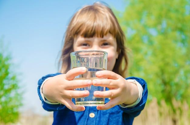 Criança copo de água Foto Premium