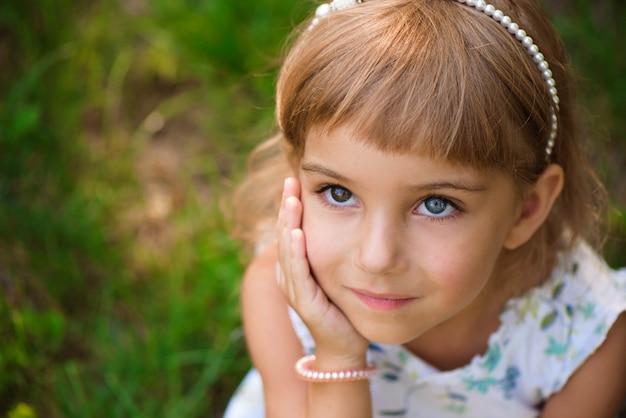 Criança da menina de llittle ao ar livre no dia de verão. Foto Premium