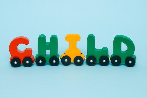 Criança de palavra feita de letras alfabeto de trem. Foto Premium