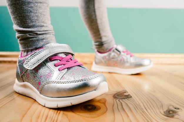 Criança de tênis na superfície de madeira Foto Premium