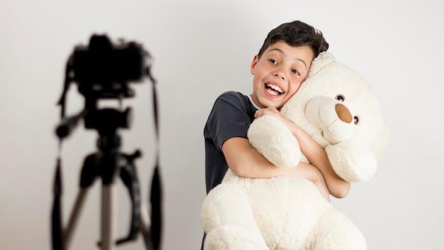 Criança de tiro médio com ursinho de pelúcia Foto gratuita