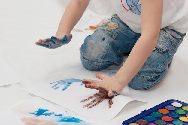 Criança desenha com suas próprias mãos Foto Premium
