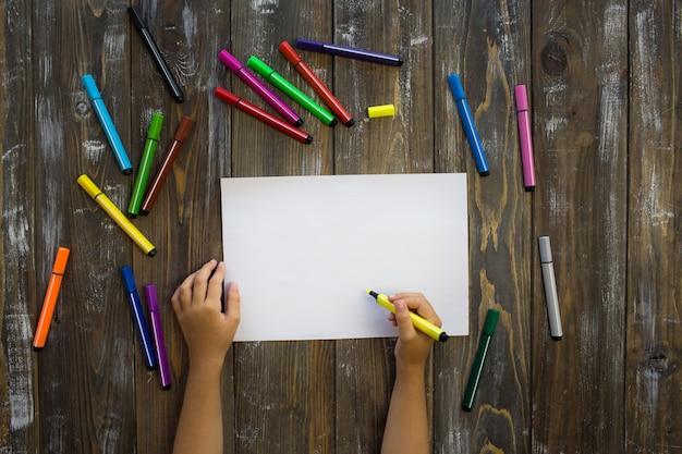 Criança desenha em um notebook Foto Premium