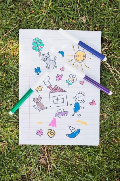 Criança, desenho, ligado, grama verde Foto gratuita
