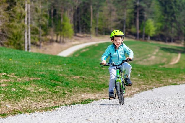 Criança, desfrute, seu, bicicleta Foto Premium