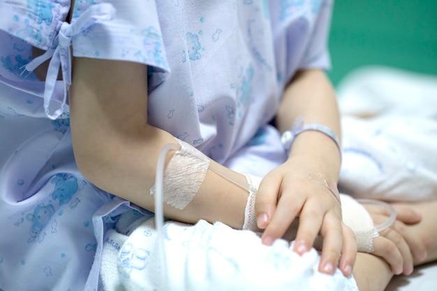 Criança doente em receber uma solução salina no hospital Foto Premium