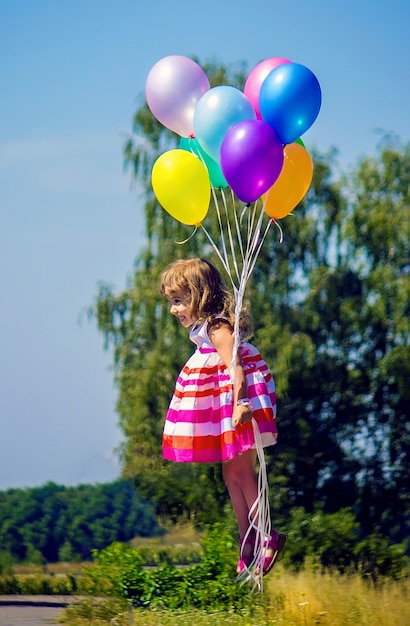 Criança e feliz. foco seletivo. feriados. crianças. Foto Premium