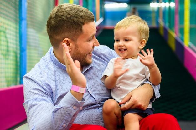 Criança e pai cumprimentando Foto gratuita