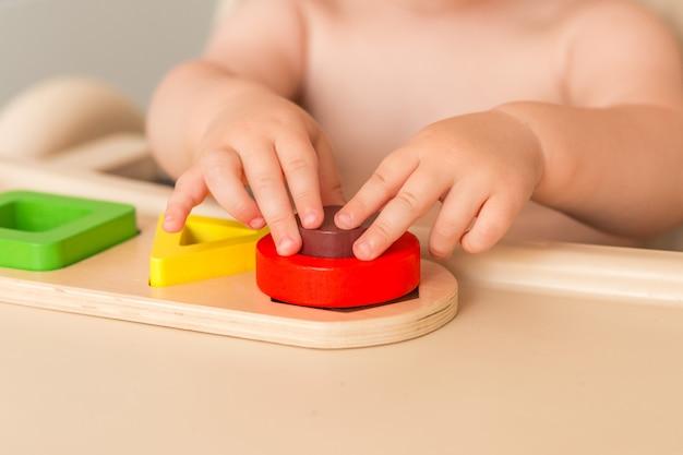 Criança em casa está manipulando material montessori para aprender Foto Premium