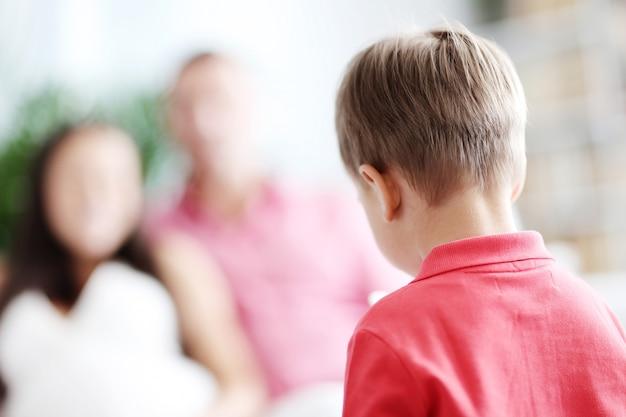 Criança em casa Foto gratuita
