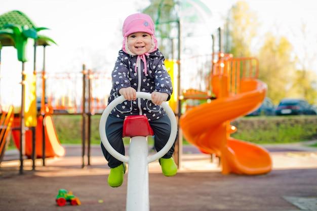 Criança em um balanço na primavera Foto Premium