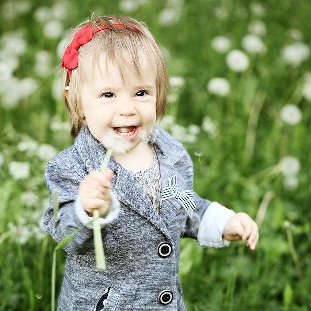 Criança feliz ao ar livre Foto Premium