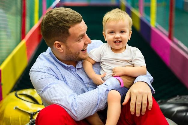 Criança feliz com pai Foto gratuita