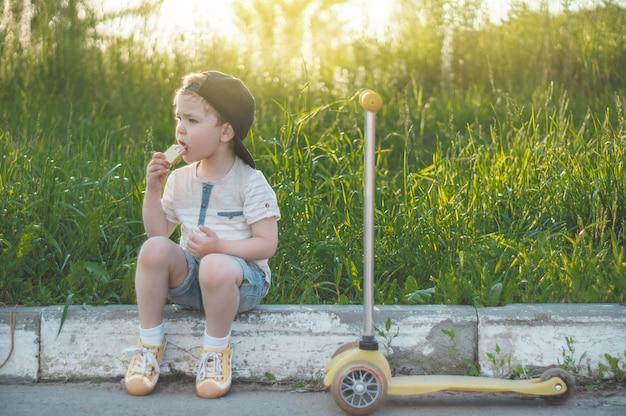 Criança feliz comendo biscoitos ao ar livre Foto Premium