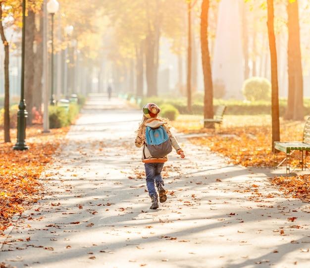 Criança feliz depois da escola Foto Premium