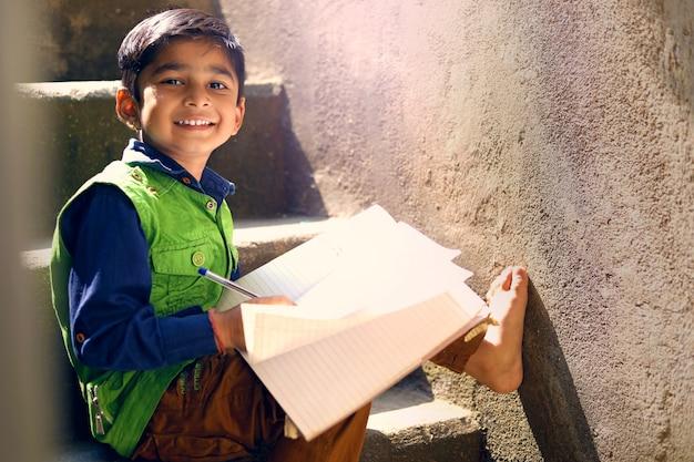 Criança indiana, estudar Foto Premium