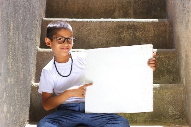 Criança indiana, mostrando, tábua Foto Premium
