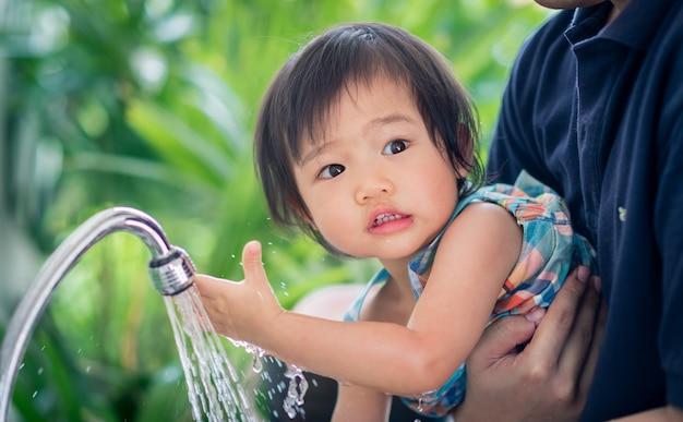 Criança lave as mãos em casa Foto Premium
