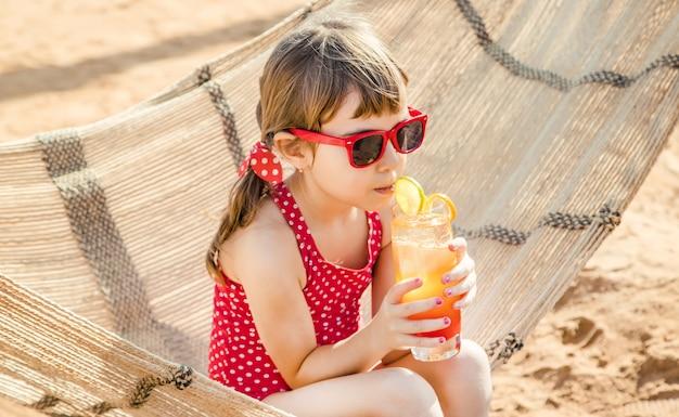 Criança menina descansando no mar. foco seletivo. natureza. Foto Premium