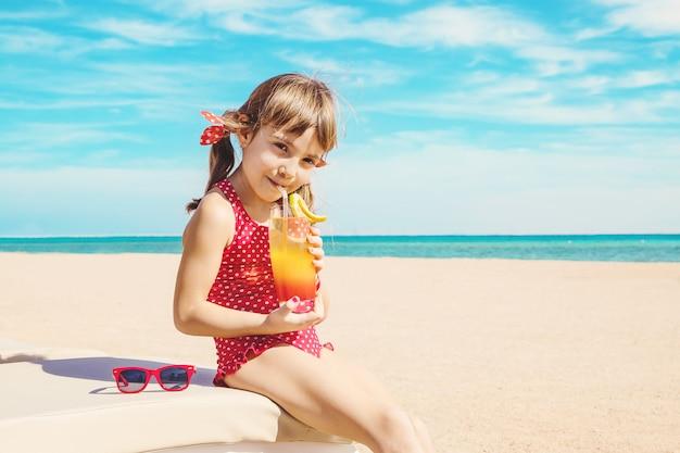 Criança menina descansando no mar. foco seletivo. Foto Premium