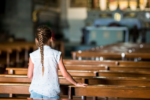 Criança na bela igreja velha na pequena cidade italiana Foto Premium